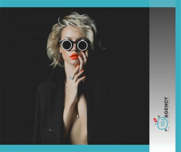 Femeie blonda cu ochelari cu lentile opace